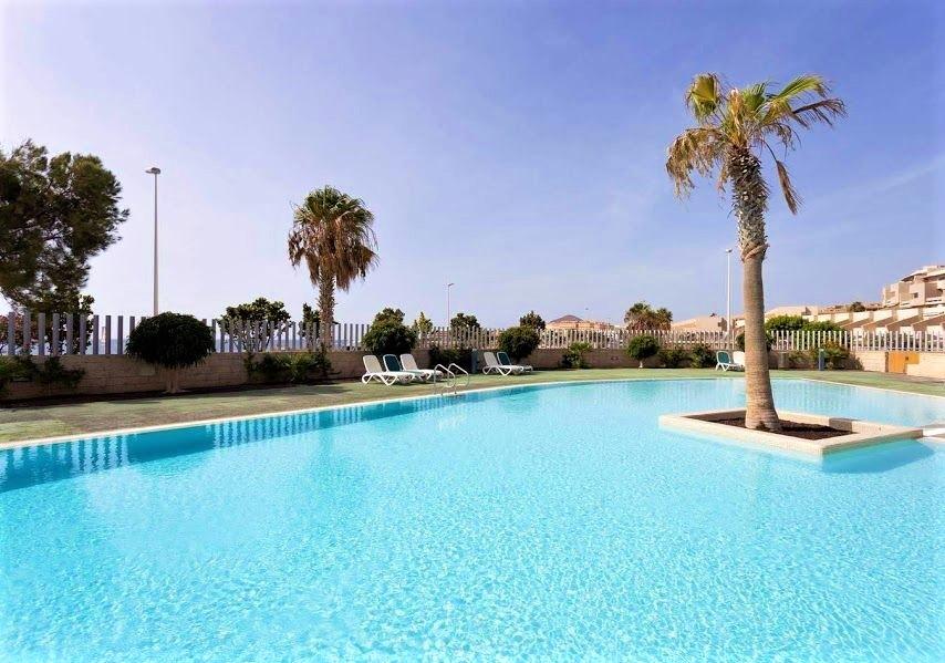 alquiler vacacional de apartamentos y pisos con piscina en el medano tenerife sur